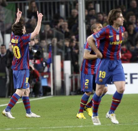 El delantero argentino del FC Barcelona, Lionel Andrés Messi (i), junto a sus compañeros, los defensas brasileños Daniel Alves (2d) y Maxwell Scherrer, celebra con el público su segundo gol.