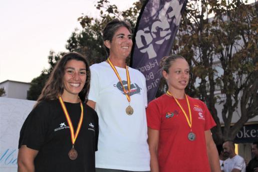 Alicia Heredia (izquierda), en el podio del Campeonato de España de Kayak de Mar.