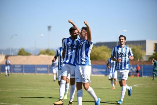 Los jugadores del Atlético Baleares festejan un gol durante el partido frente al Coruxo.
