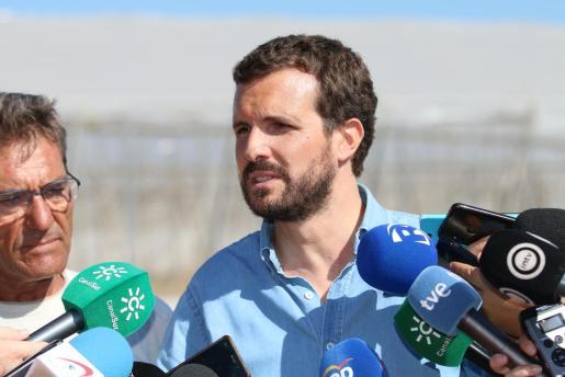 El presidente nacional del PP, Pablo Casado, atiende a los medios después de la visita del jueves a las zonas de invernaderos afectadas por las riadas en Almería.
