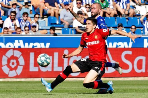 El centrocampista del Deportivo Alavés Aleix Vidal (detrás) disputa un balón con Fran Gámez (delante), defensa del Real Mallorca, durante el partido entre ambos equipos correspondiente a la séptima jornada de LaLiga, que se disputa este domingo en el estadio de Mendizorroza de Vitoria. EFE/ David Aguilar Alavés - Mallorca