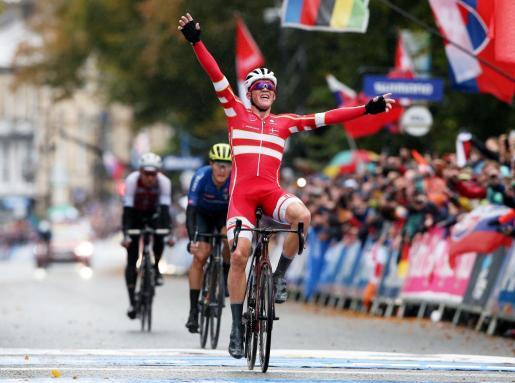 El danés Mads Pedersen celebra su victoria en el Campeonato del Mundo de fondo en carretera, este domingo en Yorkshire.