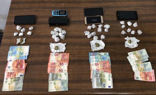 La policía incautó drogas, dinero y teléfonos.