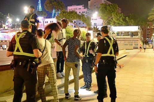 Policías locales de Calvià identificando a vendedores ambulantes en Punta Ballena.