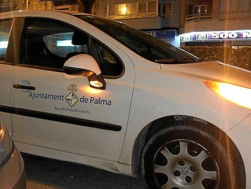 Algunos policías patrullan en utilitarios de Infraestructuras.
