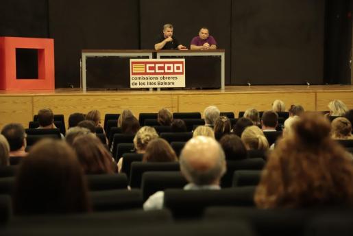 Momento de la reunión de los trabajadores de Thomas Cook con representantes de CCOO.