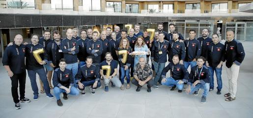 Fotografía de grupo en la terraza del hotel Melià Palma Marina, con los cocineros asistentes a esta celebración.