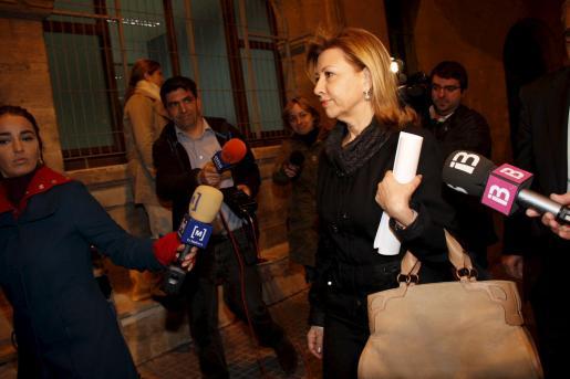 Maria Antònia Munar abandonando, anoche, los juzgados con el auto dictado por el juez en la mano.