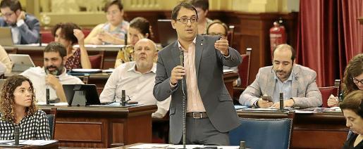 El conseller Negueruela no intervino en el debate de los cruceros pero sí respondió a varias preguntas del PP.
