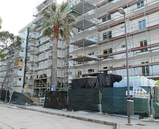 En estos momentos queda todavía por reformarse en torno al 50 % de la oferta de alojamiento en Mallorca, según datos de la patronal FEHM. La mayor parte de los establecimientos son de tres estrellas.