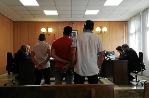 Los tres hombres acusados, días atrás, en un juzgado de lo Penal de Palma.