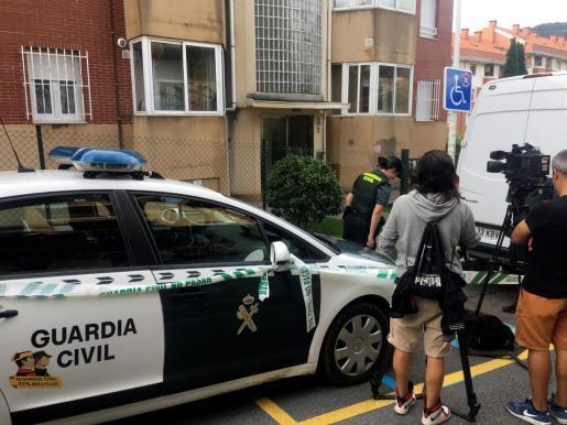 Agentes del Equipo de Inspecciones Oculares de la Guardia Civil registran la vivienda de Castro Urdiales donde vivía la mujer que ha sido detenida en relación con el cráneo encontrado dentro de una caja.