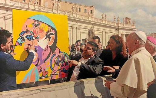 Momento en el que Mesas dona sus obras al papa Francisco.