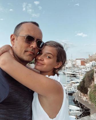 Laura Escanes y Risto Mejide, en Menorca, en la recta final de su embarazo.
