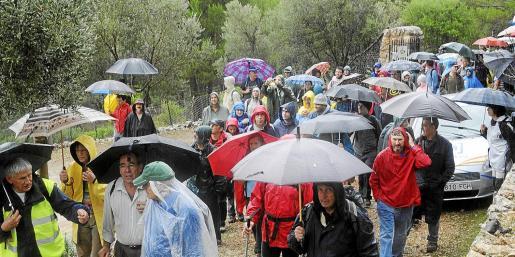 Las marchas reivindicativas y demandas en favor de la apertura y libre tránsito por el Camí des Rafal, que conduce a la finca pública de Planícia, han sido constantes durante la última década. En la imagen, un marcha celebrada en 2010, en la que ni siquiera la lluvia que caía frenó la asistencia de numeroso público.