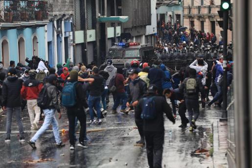 Manifestantes se enfrentan con la Policía durante una jornada de protesta contra las medidas económicas del Gobierno del presidente Lenín Moreno.