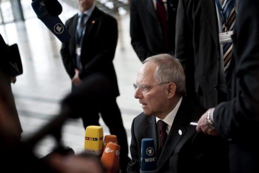 El ministro alemán de Finanzas, Wolfgang Schäuble, atiende a la prensa a su llegada a la reunión informal de dos días de duración mantenida por los ministros de Economía y Finanzas de la UE en Copenhague (Dinamarca).