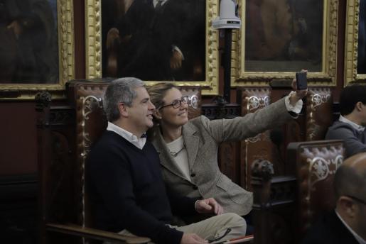 Tomeu Cañellas en una imagen de archivo del pleno de Cort, junto a Patricia Conrado