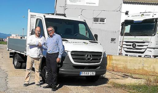 En la entrega estuvieron presentes Julián Palomero y Bartolomé Coll, responsable de los vehículos industriales de Auto Vidal.