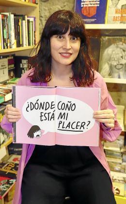 Lyona muestra el interior de su libro ilustrado.