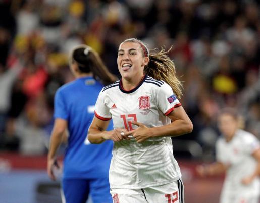 La jugadora de la selección española de fútbol Patri Guijarro celebra el primer gol ante Azerbaiyán.
