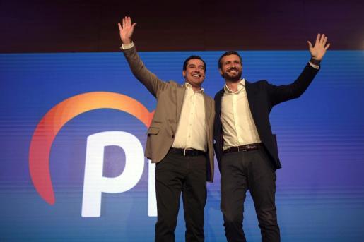 El presidente del Partido Popular, Pablo Casado (d), junto al presidente de la Junta de Andalucía, Juanma Moreno (i), en la apertura de la Convención Económica que el PP celebra este sábado en Córdoba.
