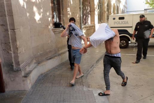 El detenido, con camiseta gris en la imagen, en el momento del pase a disposición judicial.