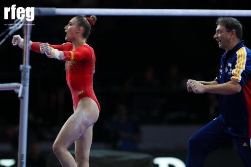 Cintia Rodríguez celebra con el técnico Pedro Mir su ejercicio de paralelas.