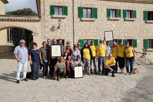 Representantes del Cofib, Plataforma Antiautopistes y Son Espanyolet Residencial estuvieron presentes en la cima del Puig de Randa para recoger el Premi Alzina.