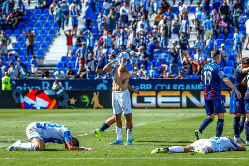 Los jugadores del Leganés se lamentan tras una ocasión fallida en el último minuto de juego que pudo suponer el empate ante el Levante.