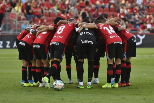 Los jugadores del Real Mallorca se conjuran en los prolegómenos del partido ante el Atlético de Madrid en Son Moix.