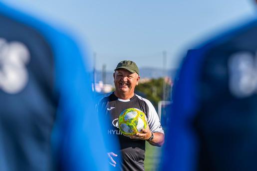 El técnico del Atlético Baleares, Manix Mandiola, sonríe durante un entrenamiento en Son Malferit.