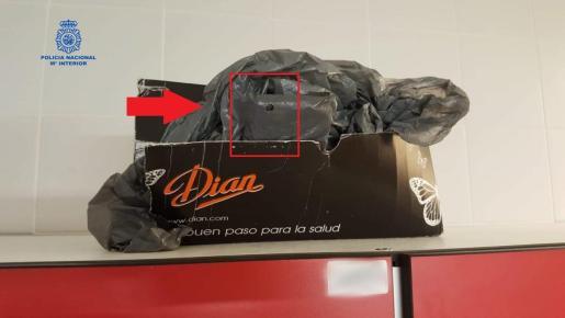 Dentro de la bolsa que aparece en la imagen estaba colocado el teléfono móvil del doctor detenido, que grababa a través de un agujerito que realizó en el plástico. De esta forma, visionaba todo el vestuario femenino del hospital Mateu Orfila, en Mahón.
