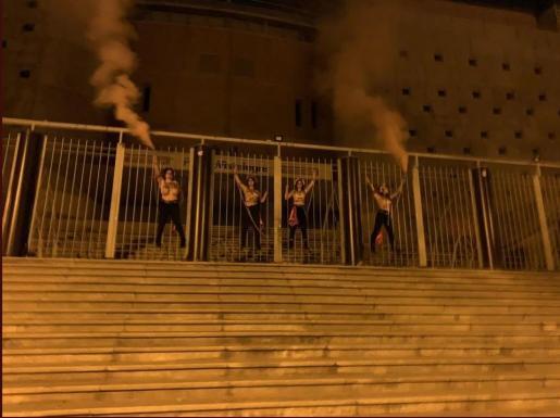 Cuatro activistas de Femen se encadenan en Vistalegre antes del mitin de Vox .