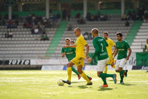 El centrocampista del Atlético Baleares Gorka Iturraspe controla el balón en un momento del partido disputado ante el Racing de Ferrol en el estadio de A Malata.