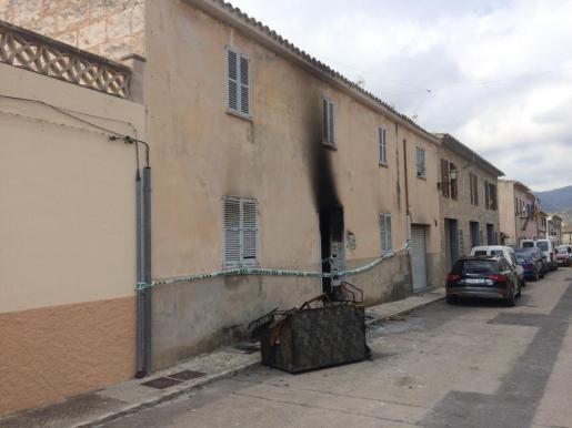 Imagen del exterior de la vivienda este domingo, tras el fuego declarado de madrugada.