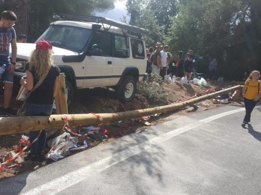 Una barra de protección, dañada por el impacto del accidente.