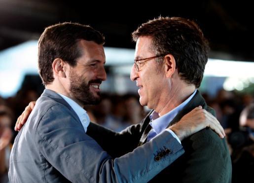 El presidente del PP, Pablo Casado, acompañado por el dirigente del partido en Galicia y presidente de la Xunta, Alberto Núñez Feijóo, durante el encuentro con militantes que han mantenido este domingo en Oleiros.