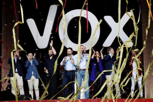 El líder de Vox, Santiago Abascal (4i) junto a el secretario general del partido, Javier Ortega Smith (4d); el portavoz en el Congreso, Iván Espinosa (3i), la presidenta del Vox en Madrid, Rocío Monasterio (3d) y el jefe de la delegación del partido en el Parlamento Europeo, Jorge Buxadé (2i), entre otros, al término del acto de precampaña celebrado este domingo en el Palacio de Vistalegre.
