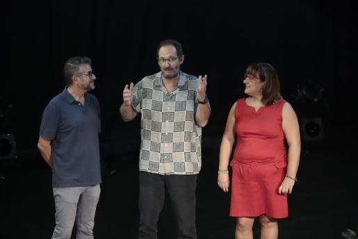 Paco Romeu, junto a Josep R. Cerdà y Bel Busquets, al recibir el Premi Mallorca de Dramatúrgia.