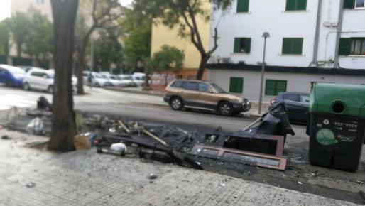 Restos de los contenedores que han ardido este lunes en la calle Felipe II de Palma.