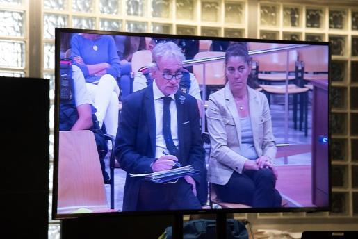 Vista de un monitor de la sala de prensa de la Audiencia de Lleida, durante el juicio por un delito de estafa a Fernando Blanco y a Margarita Garau, la pareja acusada de quedarse 1,1 millón de euros en donativos que recaudaron a través de una campaña solidaria, fingiendo que los fondos eran para tratar a su hija Nadia de una enfermedad rara.
