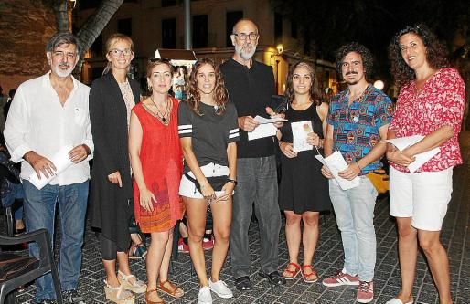 Toni Mir, Maiky Richter, Maite Merino, Irene Oliver, Lluc Mas, Sheila Crespo, Nader Barakai y Hanna Bornebuse, en la Plaça d'Espanya.