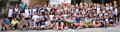 La plantilla del Palma Futsal posa junto a los alumnos del Colegio Pius XII de Palma.