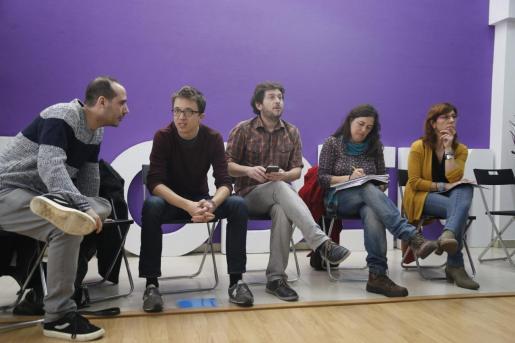 Errejón, entre López (izquierda) y Jarabo en una reunión de Podemos en 2016. A la derecha, Laura Camargo, alejada ahora de la formación y que no tiene nada que ver con la candidatura. de Más País.
