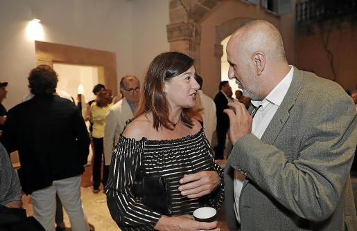 Francina Armengol y Miquel Ensenyat, el pasado junio, en el aniversario de la galería Pelaires. Aún se negociaba el pacto y Més expresaba algunas reservas.