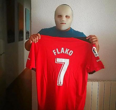 Flako sujeta una camiseta del Real Mallorca.