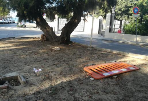 Desperfectos en las aceras en la entrada del colegio CEIP Coll den Rabassa