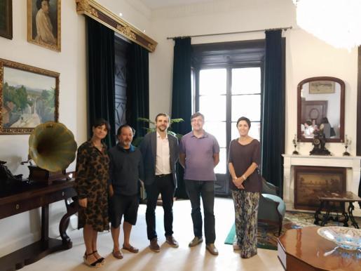 Amalia Losada, de Limud; Jorge Argüello, de Amics de na Galera; el regidor de Educación, Llorenç Carrió; el director general de Educación, Jaume Ribas, y Francisca Niell, coordinadora de Cultura, en Can Balaguer.