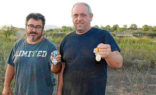 Miquel Galmés y Miquel Montoro muestran sus medallas.